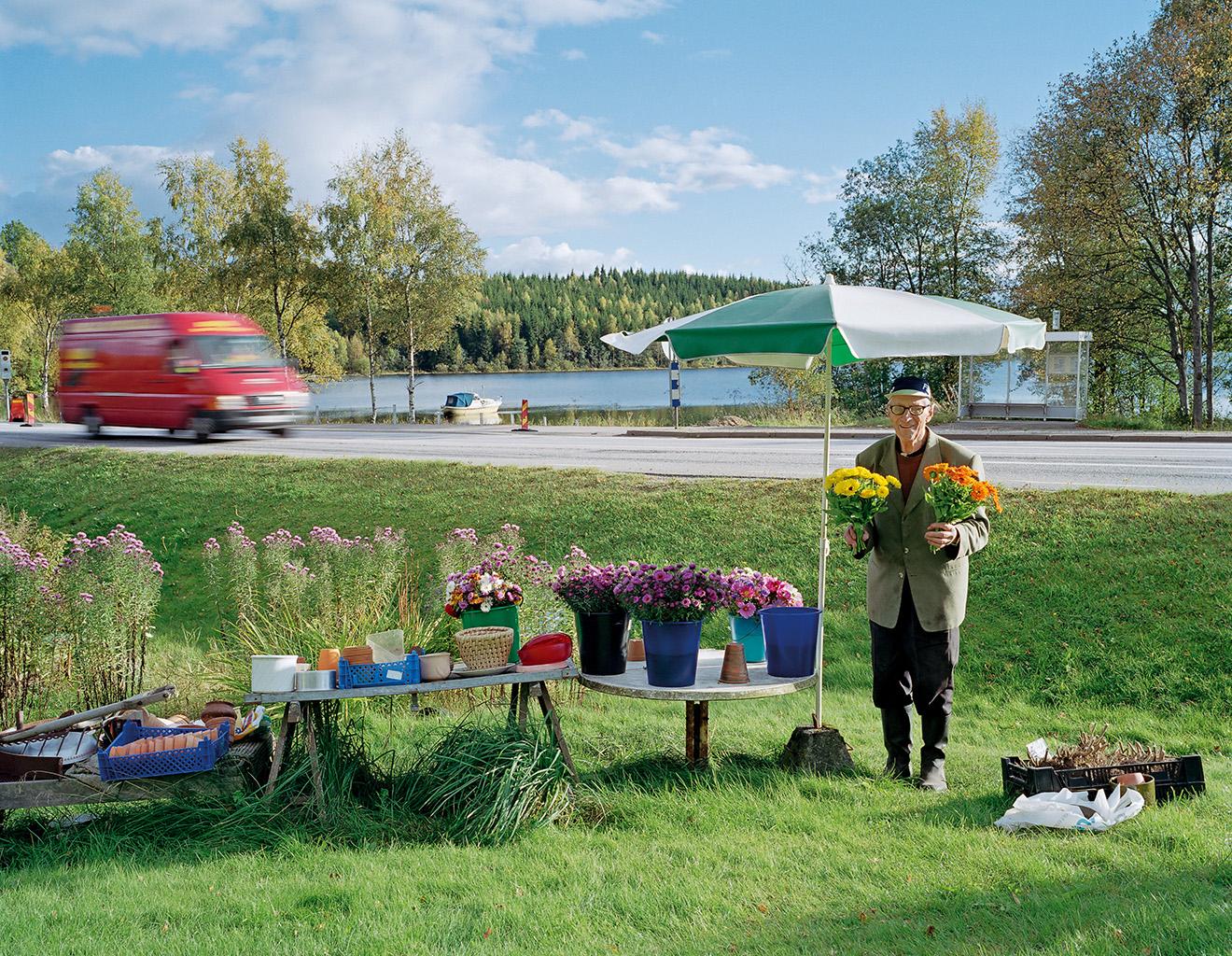 Håkan selling flowers by Route 40, Tolkabro, 29 September 2004